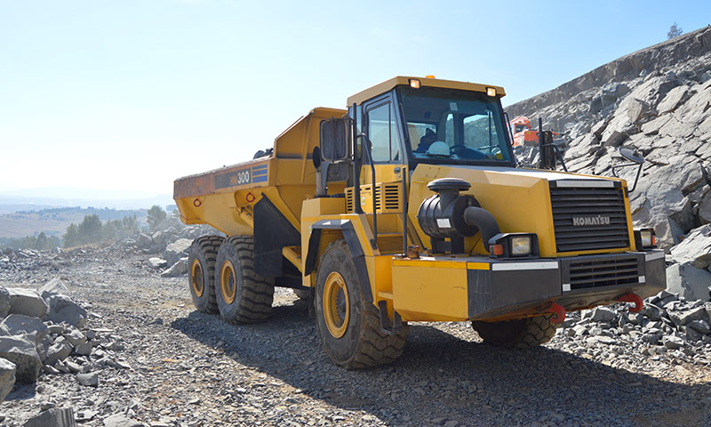 A-30-tonne-Komatsu-HM300-articulated-hauler-moves-crushed-material-from-the-screen-to-the-stockpiles